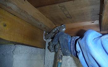 床下木材への薬剤注入